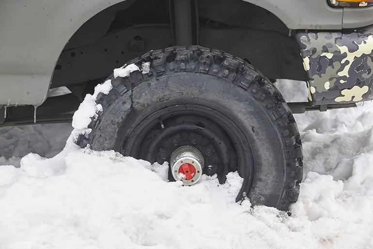 guida sulla neve - auto bloccata - Se rimani bloccato nella neve disattiva l'antislittamento