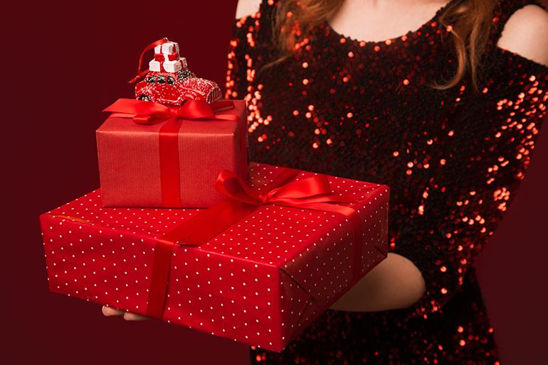 Emilcar_regali di Natale per automobilisti - ragazza con pacchetti