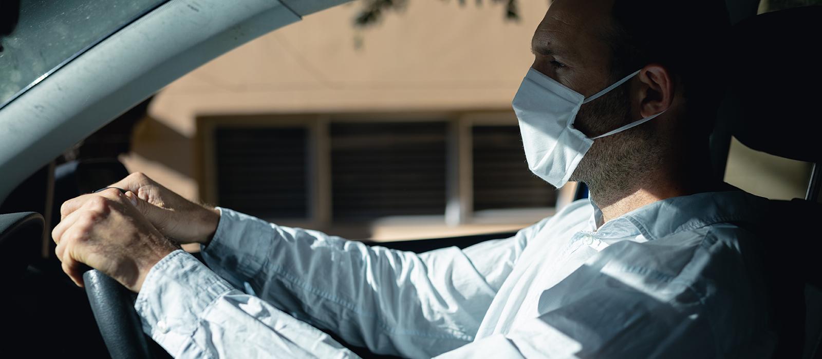 emilcar_uomo in auto indossa mascherina anti covid - alla guida